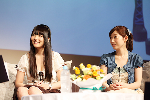 「PCは娯楽の友!」をテーマに,ユーモアあふれる弾むトークを展開する人気声優の五十嵐裕美さん(右)と山本彩乃さん(中央)
